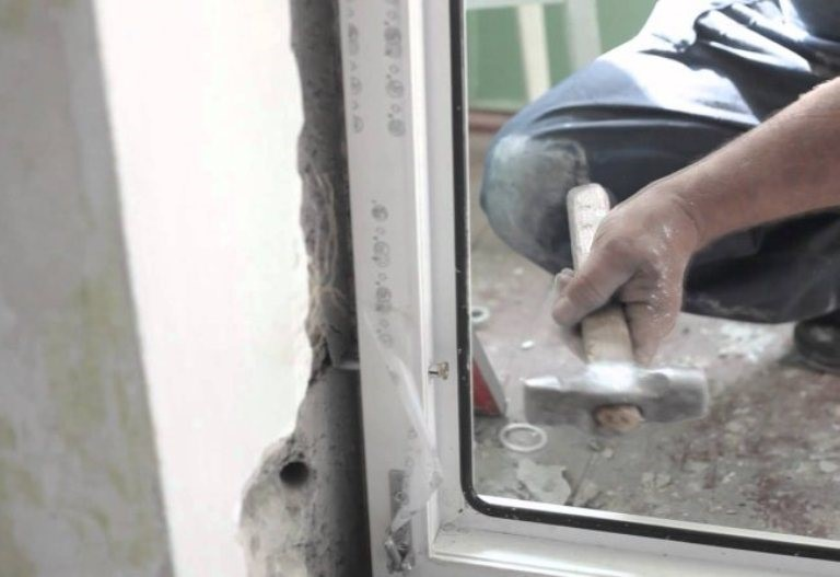 video-ustanovka-plastikovoy-dveri