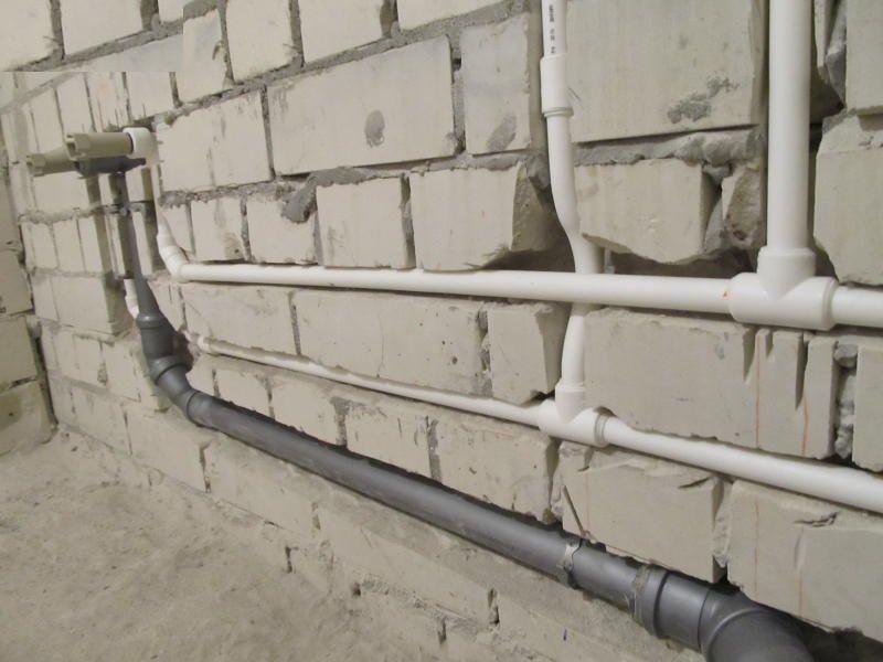 Скрытый монтаж труб посредством штроб в стене