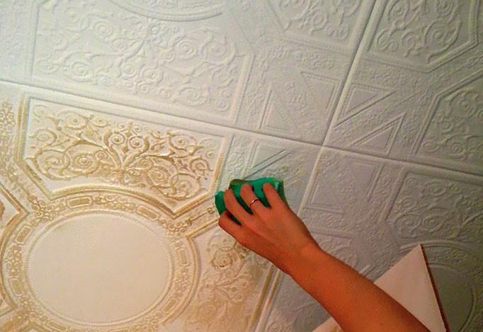 Плесень в углу ванной